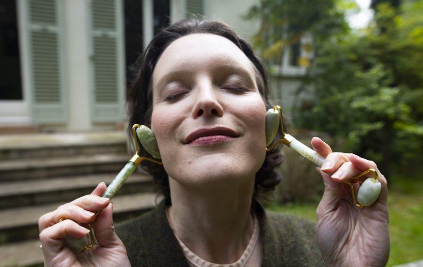 Éliminez votre double menton grâce au Yoga du visage
